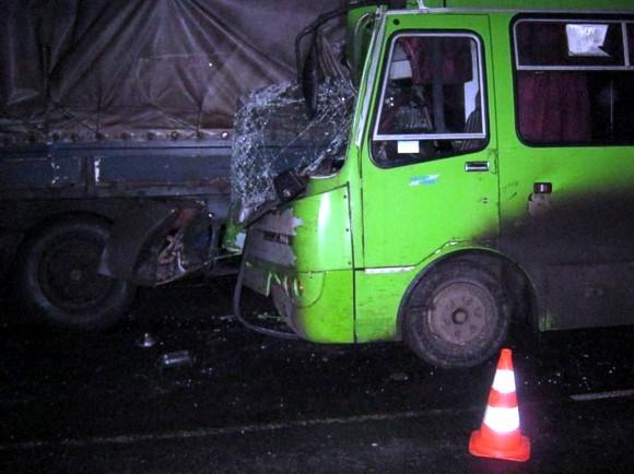 Под Харьковом автобус врезался в грузовик: погибла пассажирка