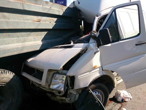 В Крыму микроавтобус врезался в КАМАЗ: погибла беременная женщина, пострадал 7-летний мальчик
