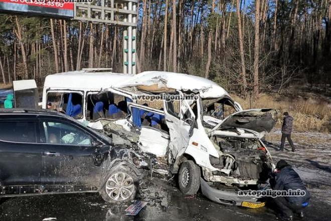 В Киеве столкнулись маршрутка и два автомобиля: 1 человек погиб, 11 травмированы