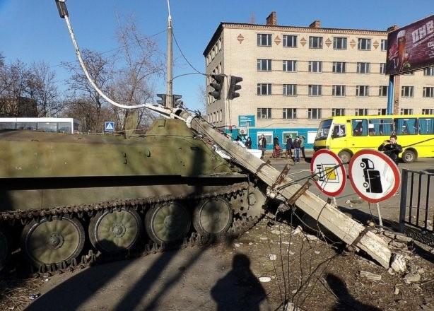 В Константиновке бронемашина военных задавила восьмилетнюю девочку