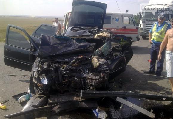В Крыму иномарка с пьяной молодежью врезалась в фуру: 4 пострадавших
