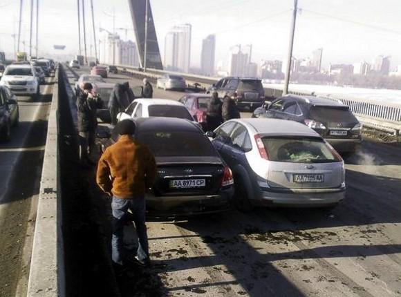 В Киеве на Московском мосту столкнулись 5 автомобилей