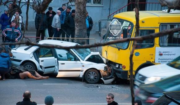 В Одессе машина с беременной женщиной влетела в маршрутку