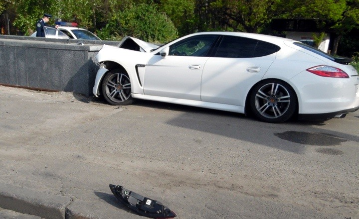 В Киеве Porshe сбил столб и врезался в переход