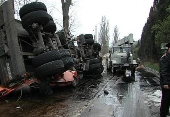 В Севастополе семейная пара погибла в автомобиле, раздавленном перевернувшимся бензовозом