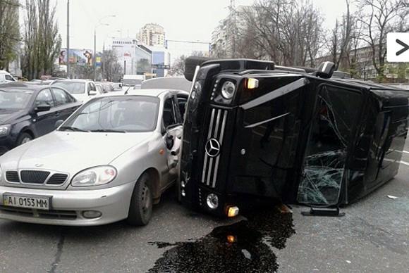 В Киеве джип врезался в три машины и перевернулся
