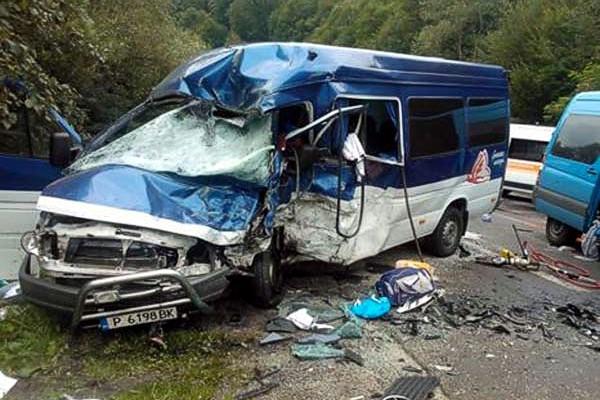 На Закарпатье столкнулись микроавтобусы: 2 человека, 9 госпитализированы