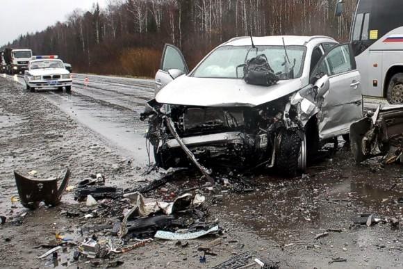 На Житомирщине в лобовом столкновении автобуса и легкового авто погибли люди