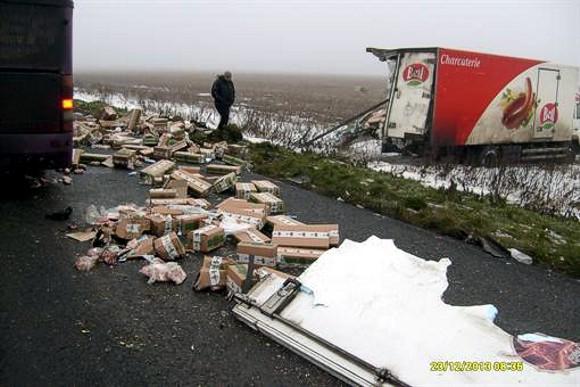 В Донецкой области рейсовый автобус врезался в грузовик: один человек погиб, двое травмированы