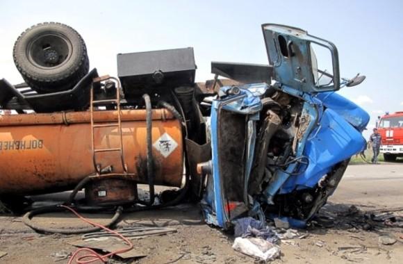 В Запорожской области бензовоз столкнулся с легковым автомобилем: Четыре человека погибли, двое ранены