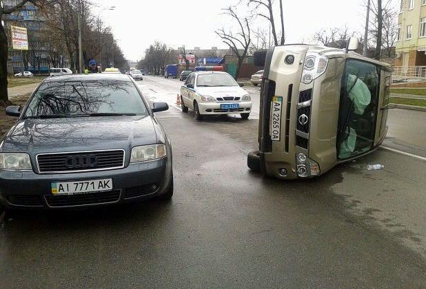 В Киеве из-за кота перевернулся «Ниссан»