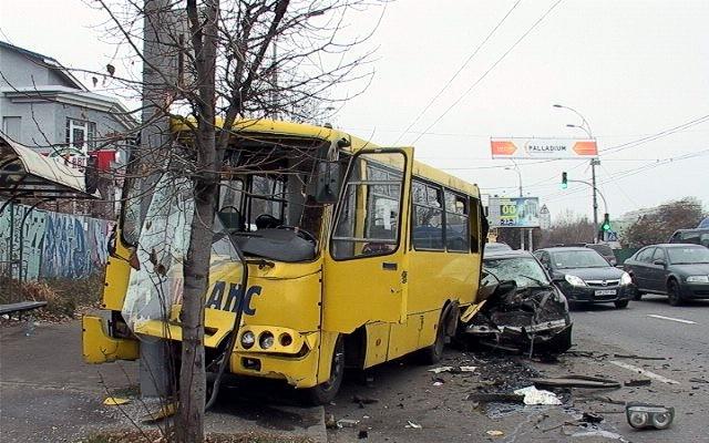 ДТП в Киеве: В маршрутку врезался автомобиль BMW с номерами 0666