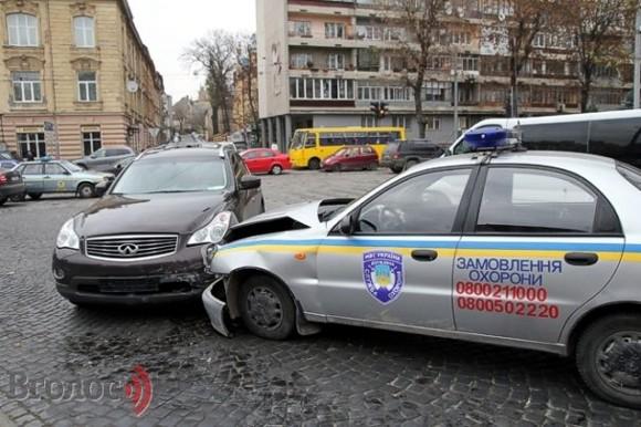 Во Львове автомобиль Госохраны протаранил Infiniti: есть пострадавшие