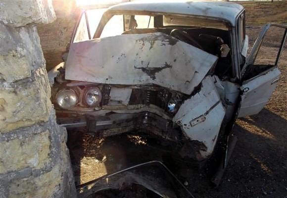 В Крыму ВАЗ врезался в остановку: водитель погиб