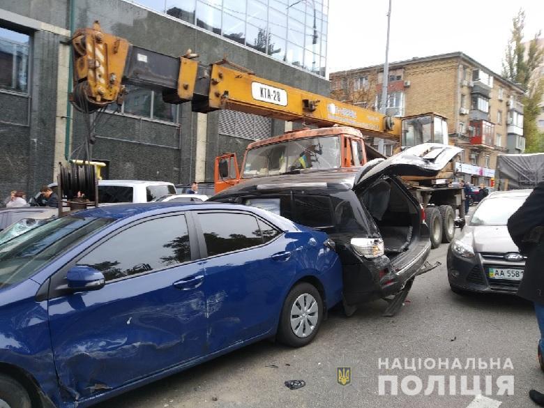 В центре Киева автокран протаранил около 20 автомобилей