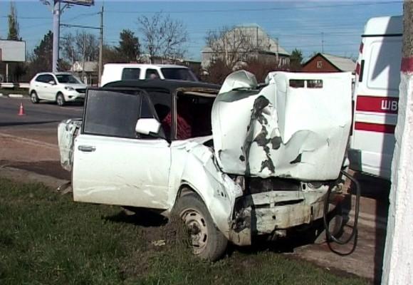 В Симферополе автомобиль сбил насмерть двух человек, стоявших на остановке