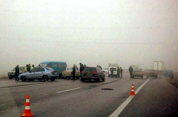 Под Одессой из-за тумана и гололеда столкнулись около 20 автомобилей