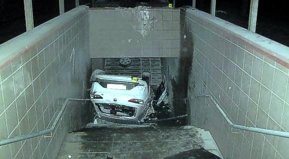 Водитель влетел на авто в подземный переход и погиб — ДТП в Киеве