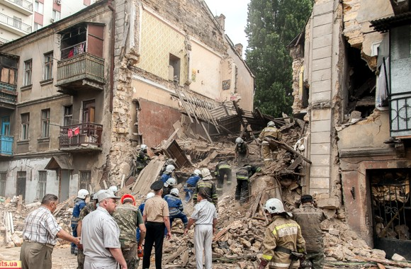 Людей, оказавшихся под завалами рухнувшего дома, спасли