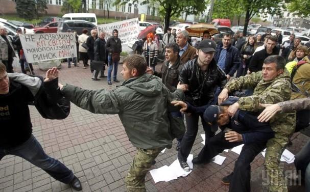 В Киеве митинг сторонников и противников  МАФов закончился кровавой дракой