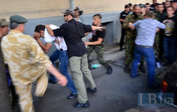 В Киеве под Верховной Радой подрались представители Самообороны Майдана, есть пострадавшие