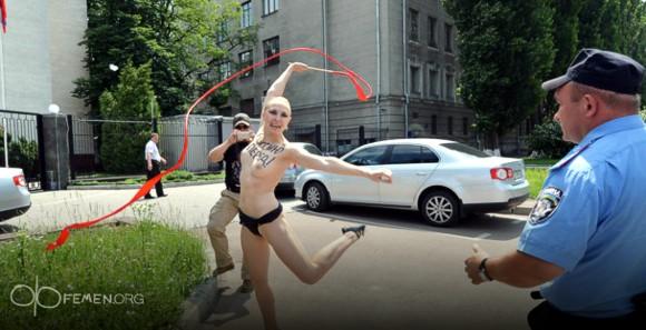 FEMEN: «Алина Кабаева» исполнила брачный танец у посольства России в Киеве