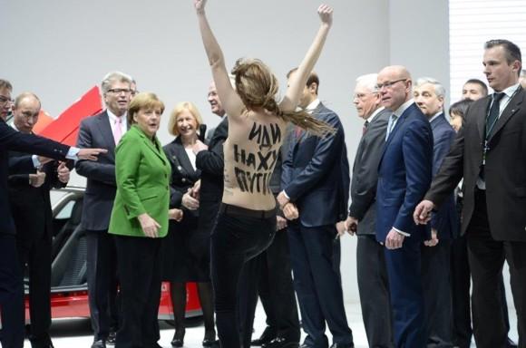 Активистки Femen разделись перед Путиным и Меркель на выставке в Германии