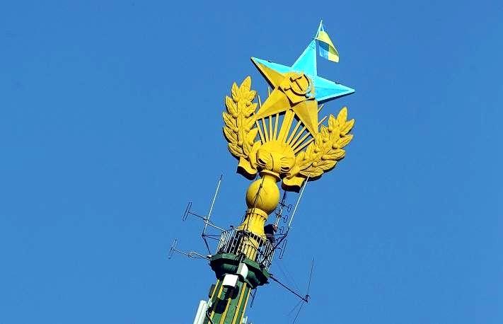 В Москве задержали четверых смельчаков, вывесивших флаг Украины на высотке