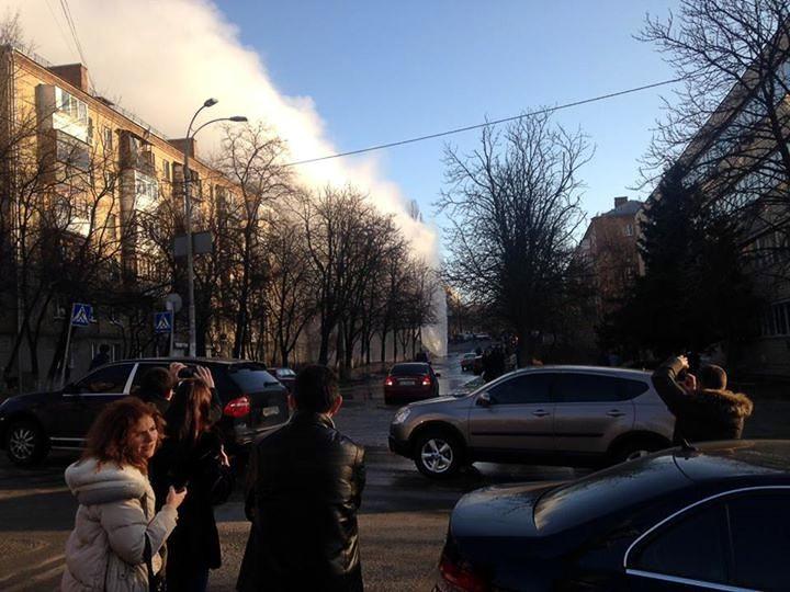 В Киеве на Печерске из-под асфальта бьет 10-метровый гейзер