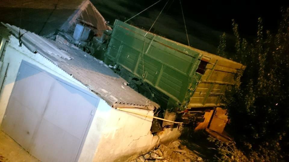 В Харькове грузовик в результате ДТП оказался на крыше дома