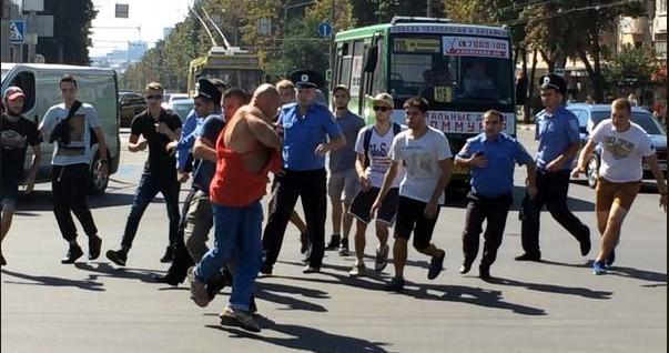Активисты в Харькове избили мужчину за футболку с надписью «СССР»