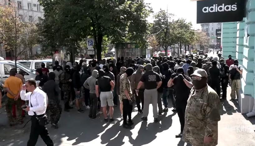 В сети появилось видео столкновений у горсовета Харькова
