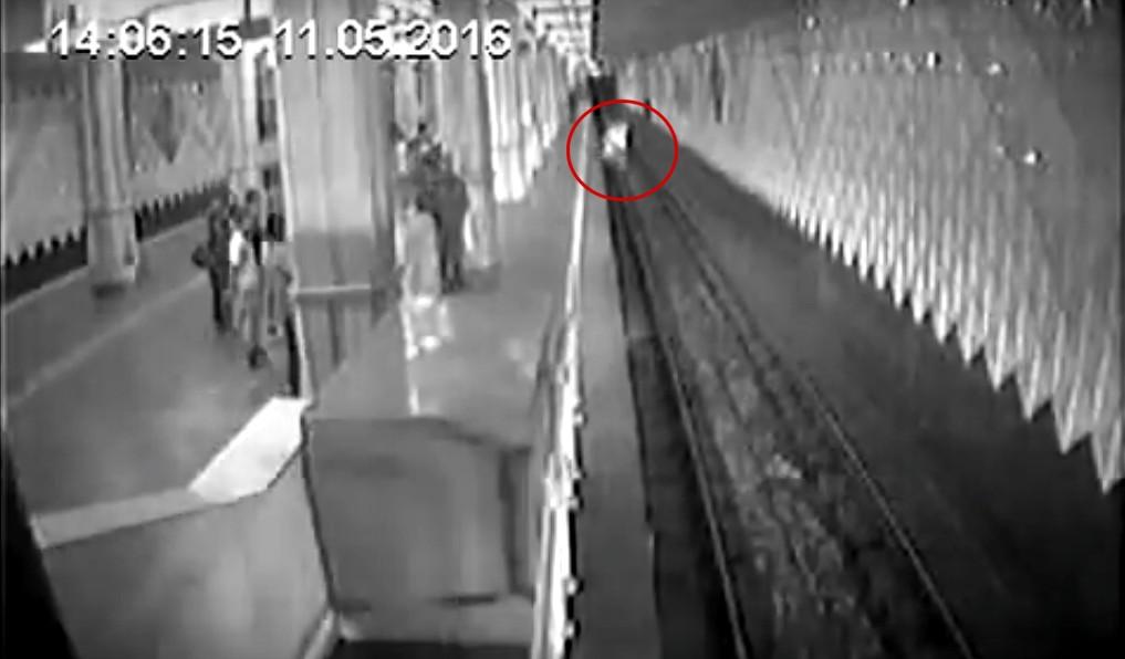 В харьковском метро женщина с двумя детьми прыгнула под поезд