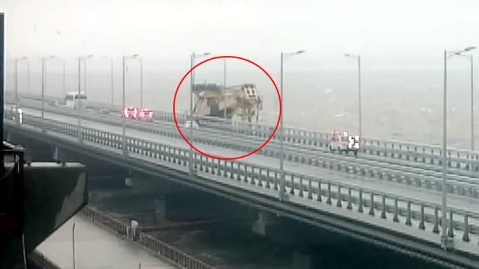Появилось видео столкновения плавучего крана с Крымским мостом
