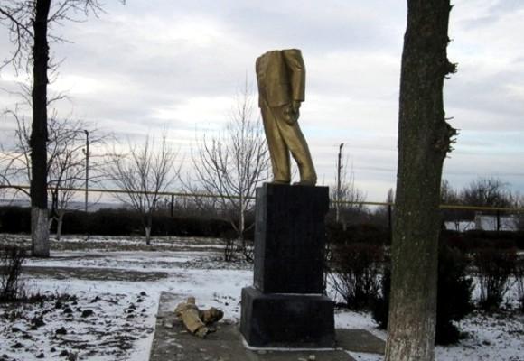 Вслед за Киевом памятник Ленину разрушили на Одесчине