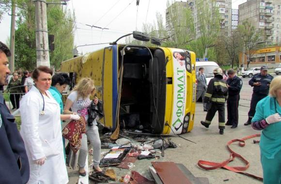 В Мариуполе перевернулся рейсовый автобус: травмировано 25 человек