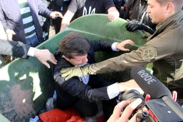 В Кировограде бросили в мусорный бак чиновника ОГА