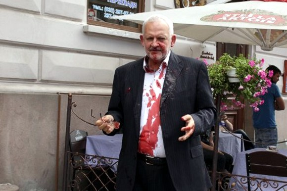 Во Львове нардепа от «Оппозиционного блока» облили свиной кровью