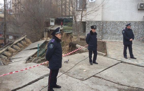 В Киеве оползень разрушил часть жилого дома, эвакуировали 83 человека