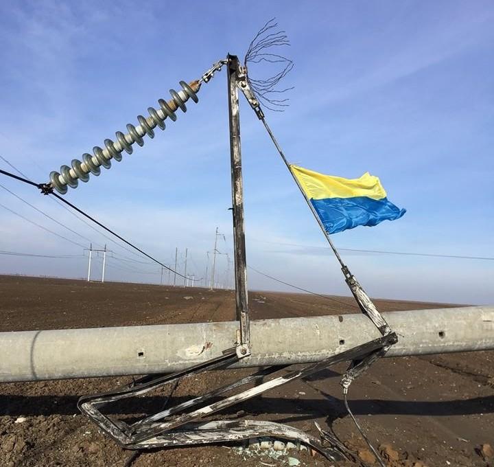 У Крыма подорвали ЛЭП и водрузили флаг Украины: опубликовано фото