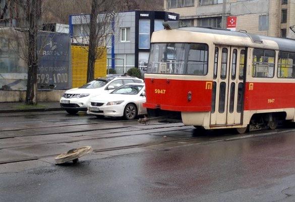 В Киеве на Подоле у трамвая оторвалось колесо