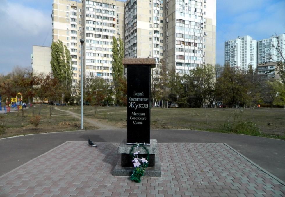 В Одессе ночью обезглавили памятник Ленину и похитили бюст Жукова