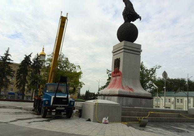 В Харькове неизвестные облили краской памятник Независимости Украины