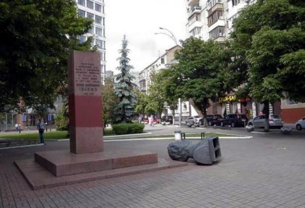 В Киеве за ночь снесли три советских памятника