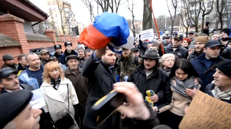 Парасюк растоптал и сжег флаг РФ на территории российского консульства