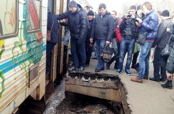 В Киеве на ж/д станции «Вышгородская» обрушился перрон.  Люди упали на рельсы