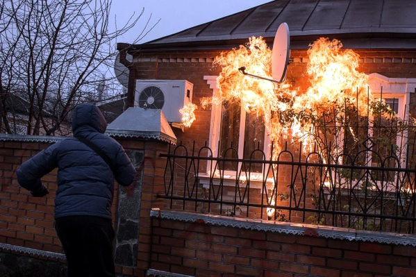 Харьковщина: «Азов» забросал «коктейлями Молотова» дом полицейского