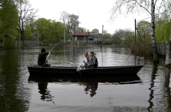 В Черниговской области из-за паводка основным транспортом для жителей ряда населенных пунктов стали лодки
