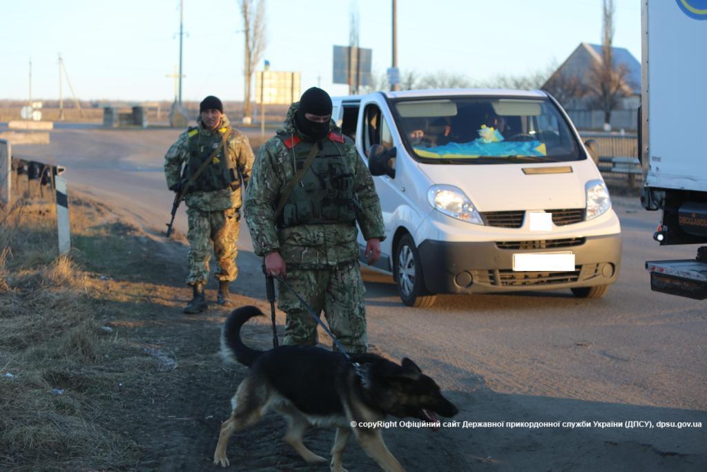 Пограничники задержали женщину с паспортами и деньгами для боевиков