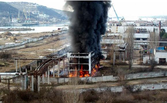 В севастопольском порту горел бассейн с мазутом